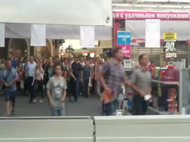 Толпа людей прорвалась в магазин в поисках товаров со скидками