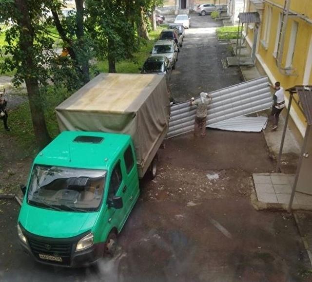 В Челябинской области строители демонтировали крышу многоэтажного дома из-за неоплаченного счета за ремонт (3 фото)