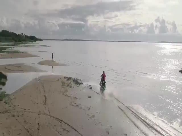 Байкер прокатился по Финскому заливу на мотоцикле