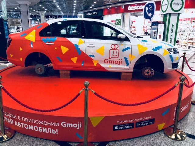 В Екатеринбурге с разыгрываемого в торговом центре автомобиля исчезли колеса (2 фото)