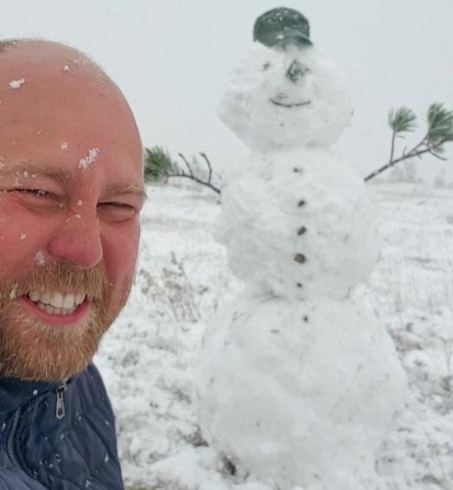 В Хакасии из первого снега слепили снеговика (2 фото + 2 видео)