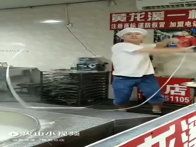 Виртуоз на производстве лапши