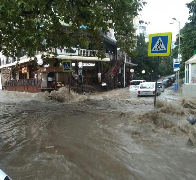 Ливневые дожди затопили Ялту (4 фото + 3 видео)