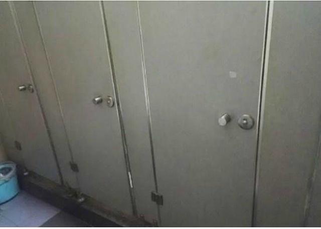Приватность в китайском туалете (2 фото)