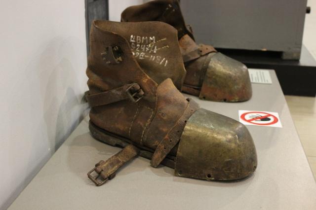 Как вы думаете, для чего использовались такие ботинки? (3 фото)
