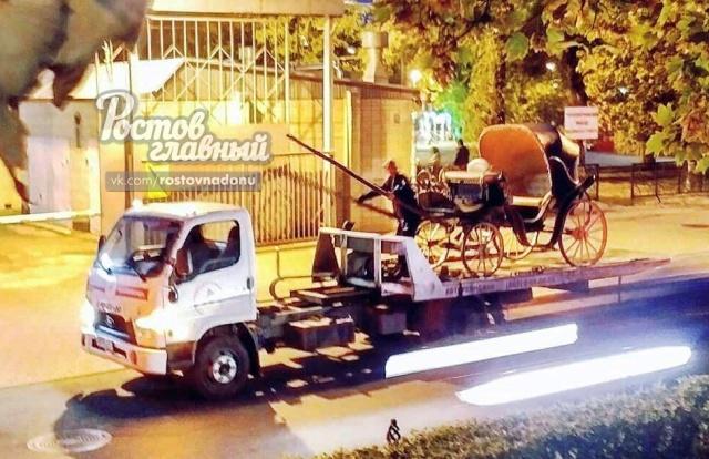 Эвакуатор вывез из центра Ростова-на-Дону настоящую карету (3 фото)