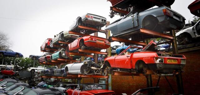 Свалка элитных автомобилей в пригороде Лондона (15 фото)
