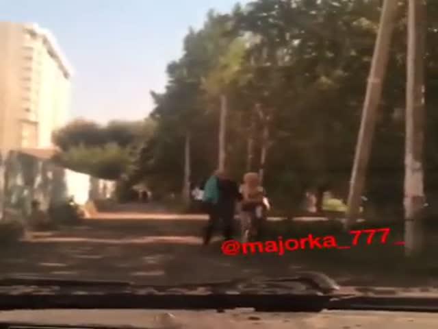 Мажор прокатился по тротуару, чуть не сбив пешеходов