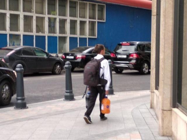Школьник из Москвы воспользовался акцией в бургерной и вынес десять литров газировки (2 фото)