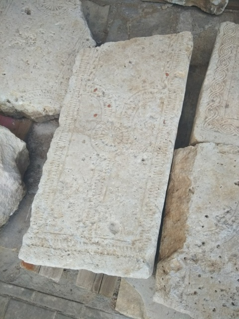 Москвичка обнаружила древние саркофаги в одном из дворов города (7 фото)