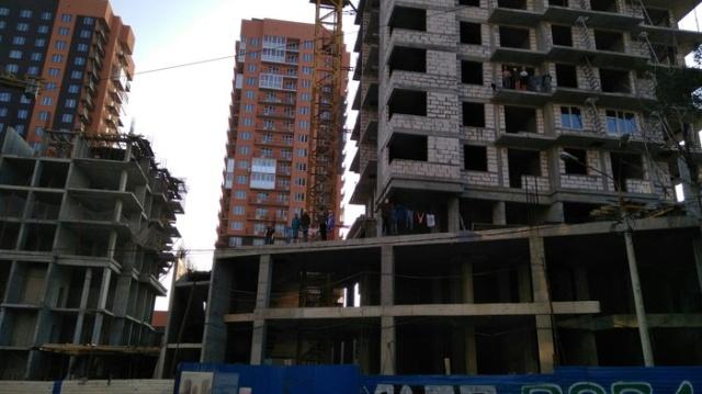 """""""Люди"""" на недостроенном здании в Нижнем Новгороде (3 фото)"""