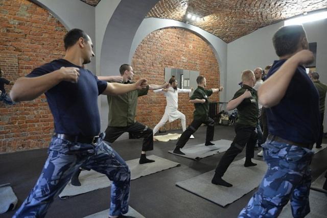 """В """"Бутырке"""" были проведены первые занятия йогой с заключенными (6 фото)"""