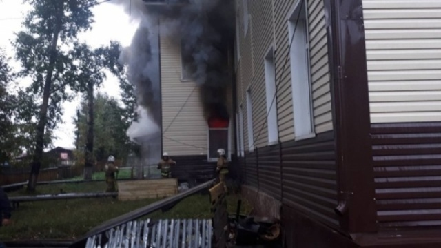 Неизвестные поджигатели сожгли администрацию в Иркутской области (2 фото + видео)