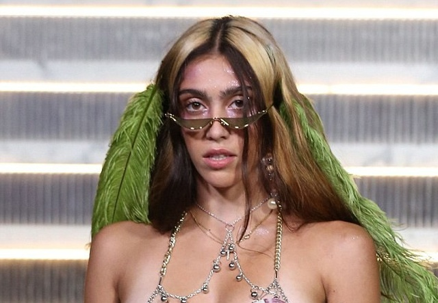 Дочь Мадонны удивила всех своим внешним видом, пройдясь по подиуму (4 фото)
