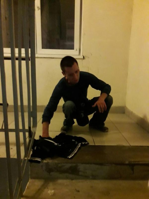Пьяный дебошир справил нужду в подъезде и поплатился за это (3 фото)