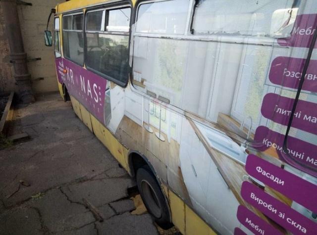 """Автобус оставил """"смертельную ловушку"""" для пешеходов на мосту (4 фото)"""