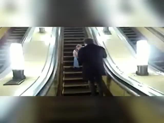 Мужчина упал с эскалатора в московском метро