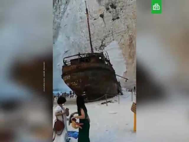 На Пляже кораблекрушений в Греции на отдыхающих обрушилась скала