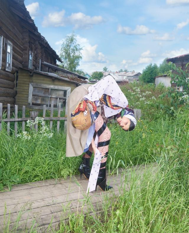 Глянцевый журнал Vogue удивил читателей необычной фотосессией в Архангельской глубинке (13 фото)