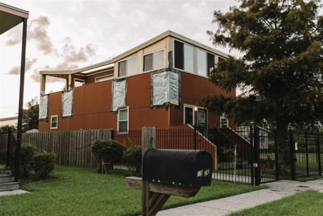 Благотворительный фонд Брэда Питта построил более 100 домов и попал под суд (6 фото)