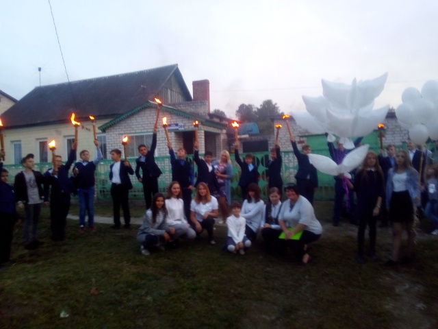 Школьники из Брянска устроили факельное шествие (3 фото)