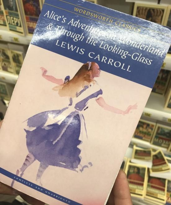Книжка с запиской на полке в магазине (3 фото)