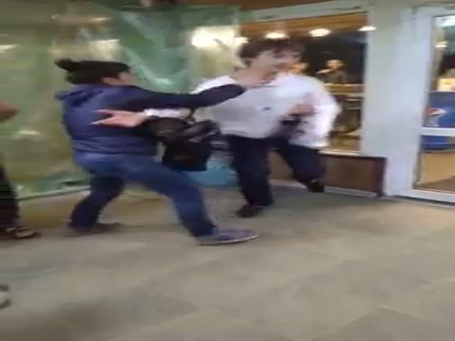 Женщина набросилась на парня в очереди за шаурмой