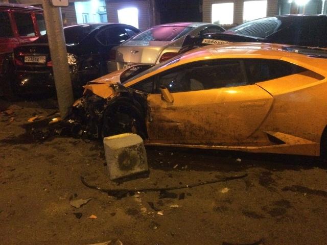 Lamborghini протаранил несколько дорогостоящих авто на Новом Арбате в Москве (7 фото + 3 видео)
