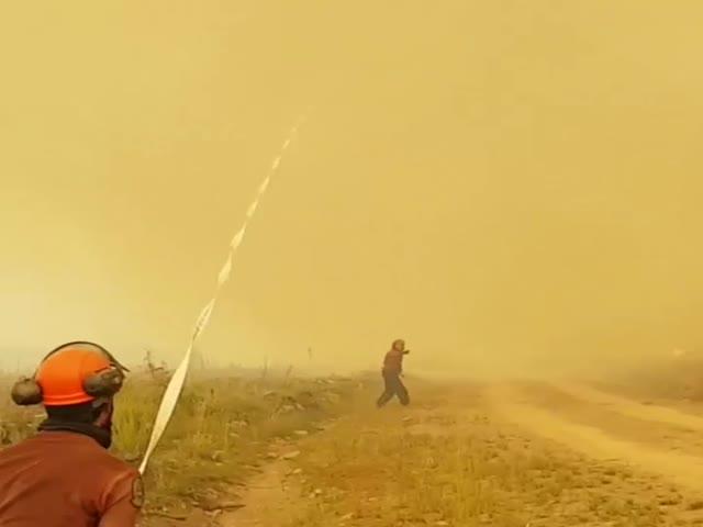 Канадские пожарные борются с торнадо