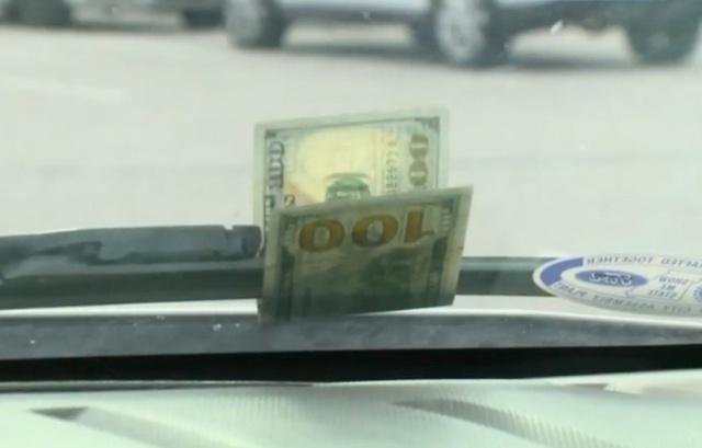 Развод водителей с купюрой на лобовом стекле (2 фото)