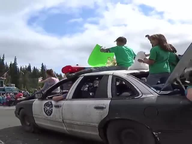 Необычный конкурс в США: кто красивее запустит машину с обрыва