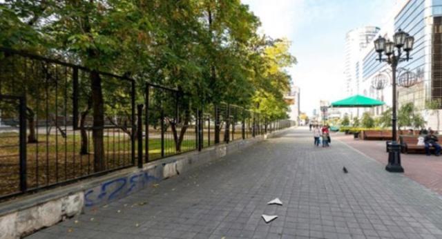 Вокруг школы в центре Екатеринбурге установили глухой забор (2 фото)