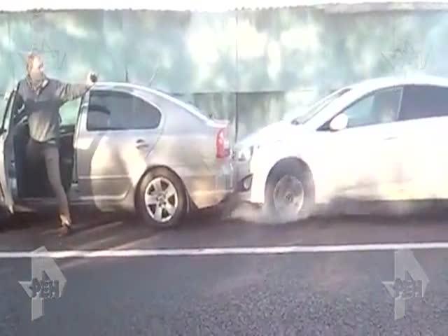 Неадекватный водитель в Москве чуть не сжег свой автомобиль