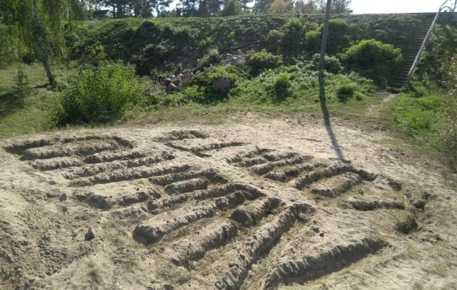 Странный арт-объект на берегу реки Сож в Гомеле (3 фото)