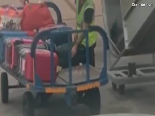 Грузчик обворовывает пассажиров в аэропорту на Ибице