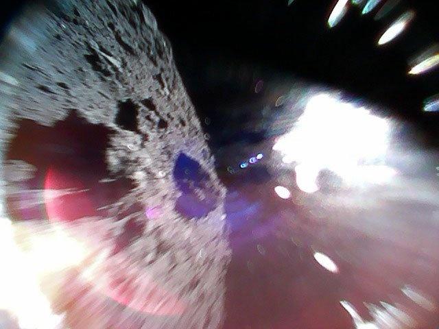 Японские минироботы осуществили посадку на астероид Рюгу (3 фото)