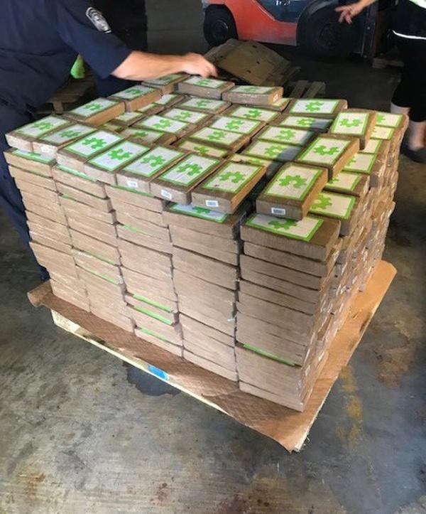В пожертвованных ящиках с бананами оказался кокаин на сумму в 18 млн долларов (3 фото)