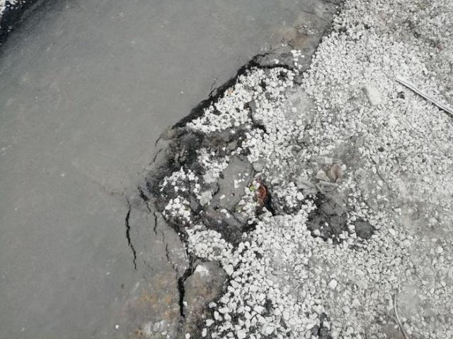 Построенная к выборам пешеходная дорожка уже начала разваливаться (4 фото)