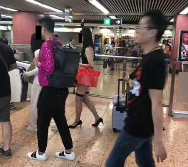 Раскованная девушка в метро Гонконга (7 фото)