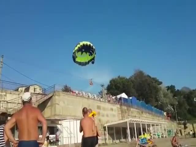 Туристов на парашюте ударило током на пляже Черного моря