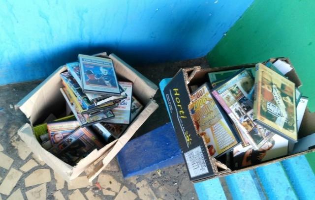 """Выброшенные коробки с """"ценными вещами"""" из прошлого (6 фото)"""