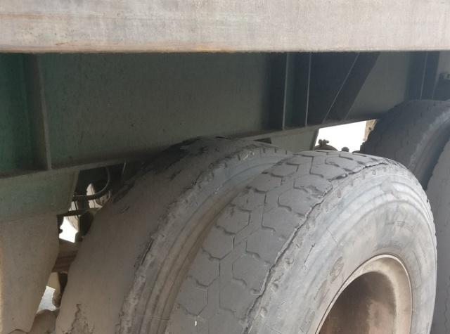 Грузовик в одном из автопарков (3 фото)