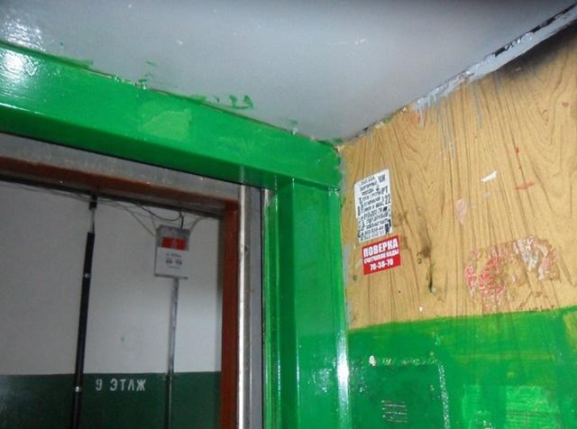 Сотрудники ЖКХ покрасили лифты в многоэтажке (5 фото)