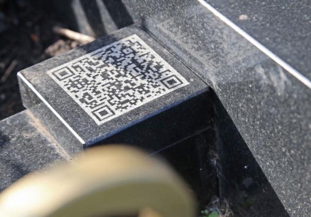 Памятник на кладбище в Уфе в виде iPhone (3 фото)