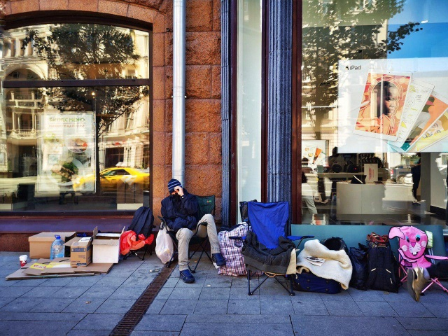 В ожидании старта продаж нового iPhone: очередь на Тверской (10 фото)
