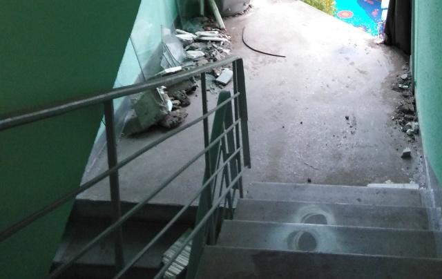 Рабочие разобрали остекление в подъезде (3 фото)