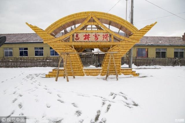 Китайский дом из тысяч кукурузных початков (9 фото)