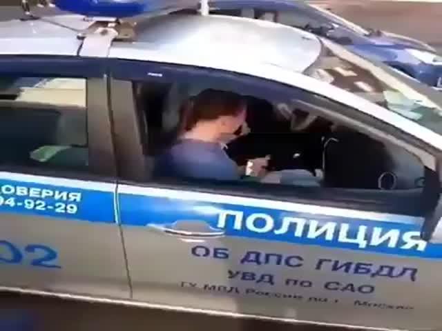 Бурная реакция девушки, чей автомобиль забрал эвакуатор