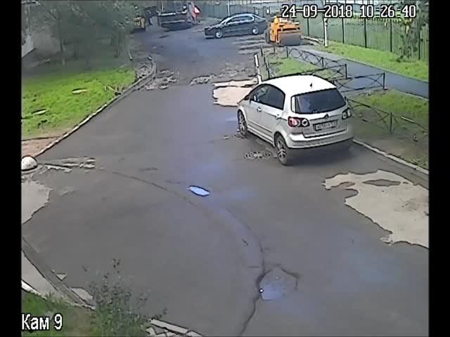 Когда припаркованный автомобиль мешает укладке асфальта