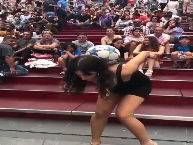 Девушка демонстрирует свои футбольные навыки